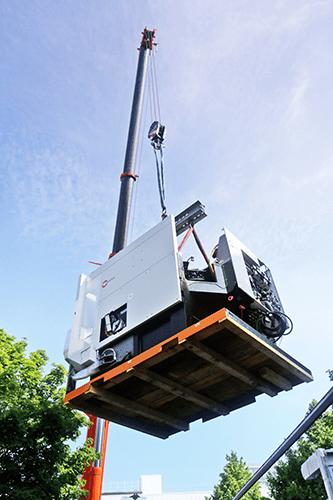 Die neue Hermle Maschine hängt am Kran